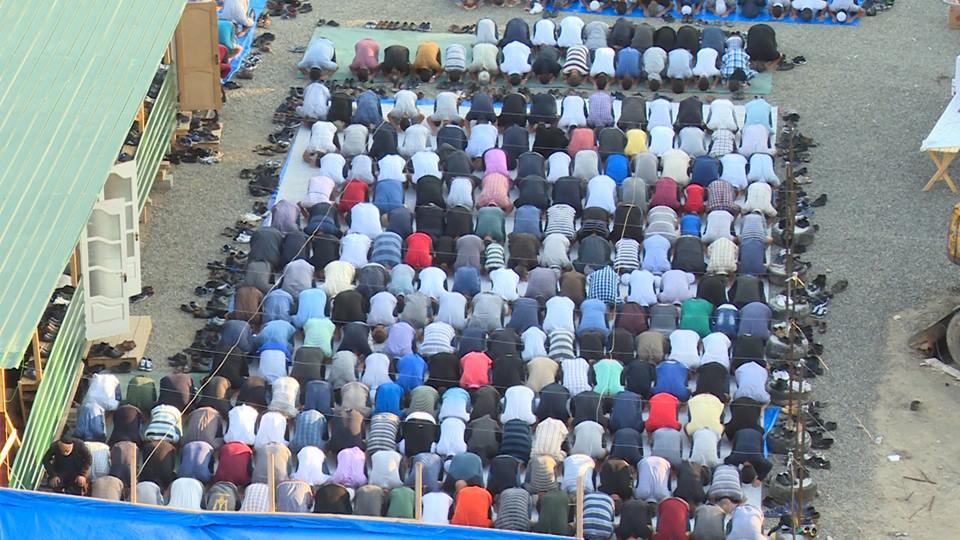 ბაირამის დღესასწაული - მუსლიმების ლოცვა ქუჩაში, სადაც ახალი მეჩეთის აგებას ითხოვენ