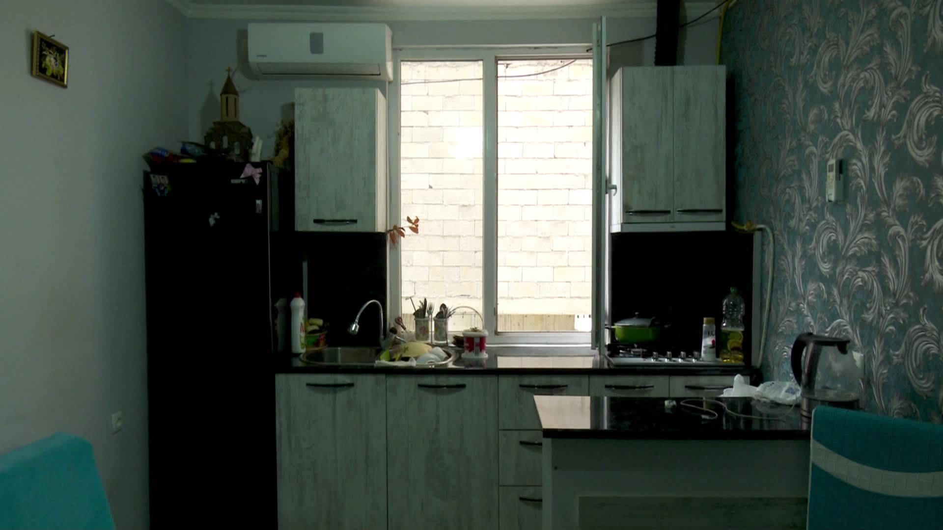 ფანჯრებს მიღმა ბეტონებია