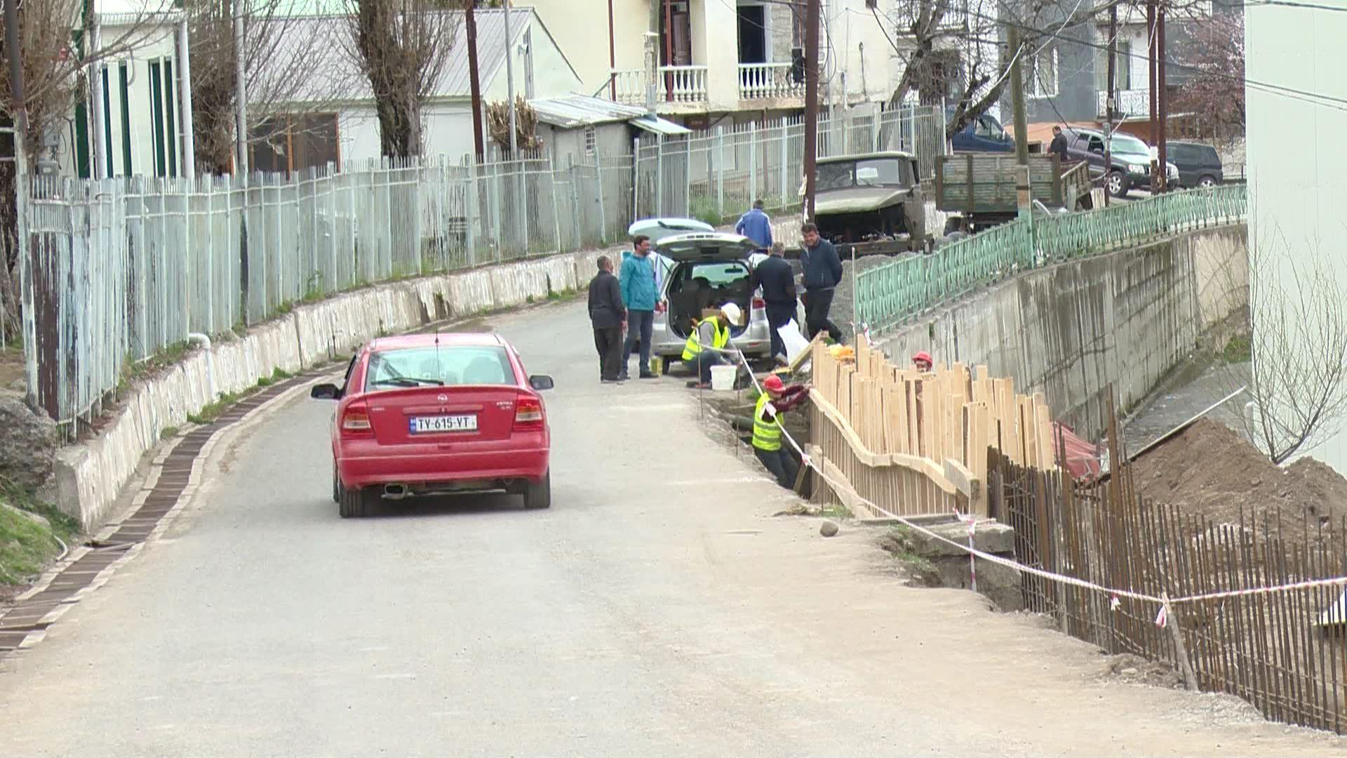 დაბა ხულოში სელიმ ხიმშიაშვილის ქუჩაზე ფერდსამაგრი სამუშაოები მიმდინარეობს