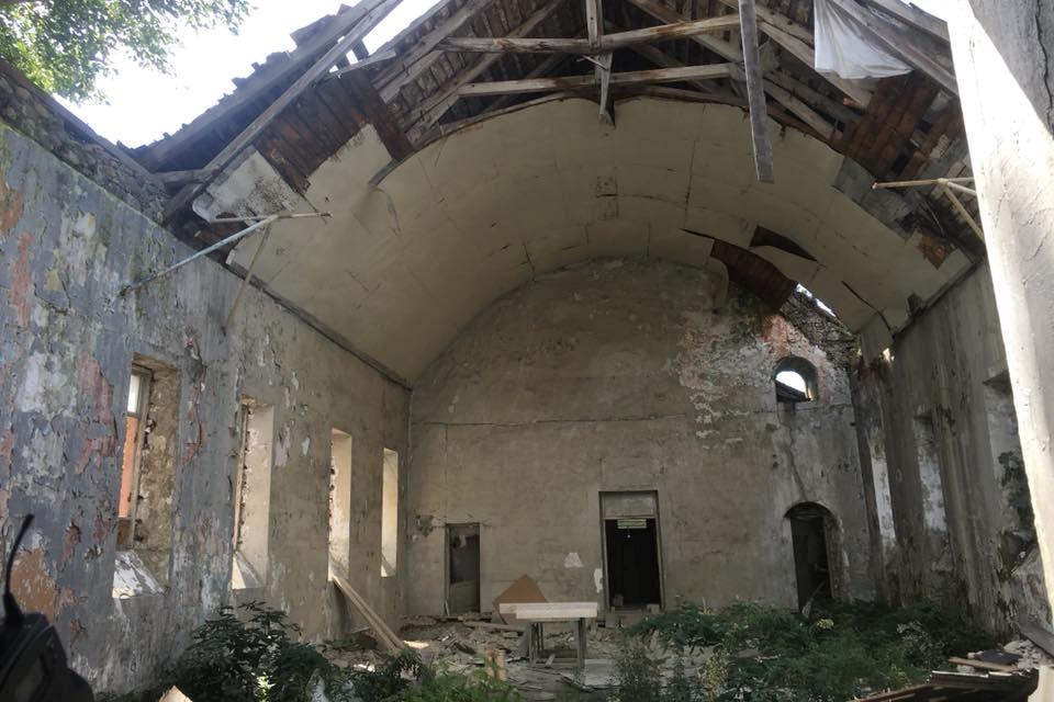 მიტოვებული და ნანგრევებად ქცეული ეკლესია