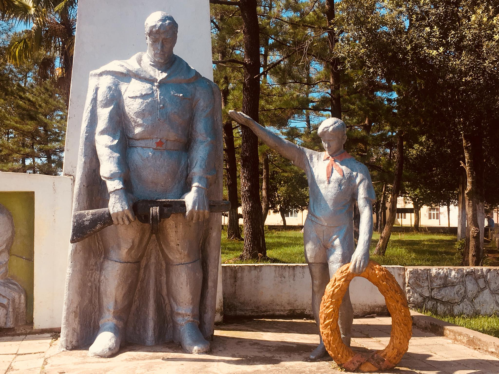 ხუთქიმიანი ვარსკვლავი, პიონერის მემორიალი, წითელარმიელის ძეგლი - საბჭოთა მემკვიდრეობა ოჩხამურში