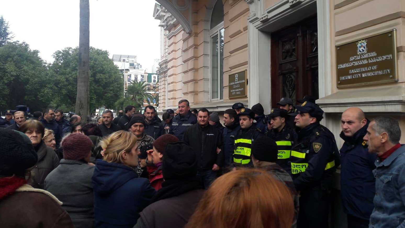 წერეთლის ქუჩის გარემოვაჭრეები მერთან შეხვედრას ითხოვენ - მერიას პოლიცია იცავს