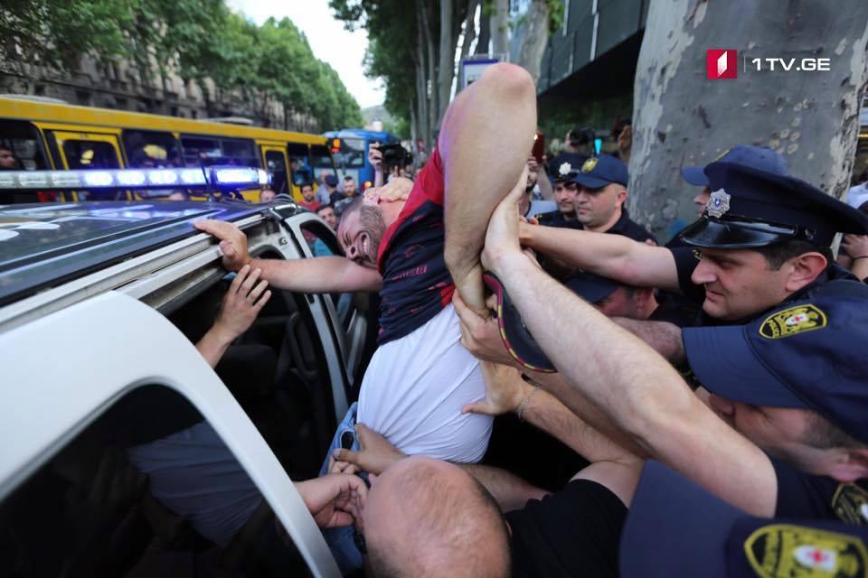 პოლიციამ 10 ადამიანი დააკავა