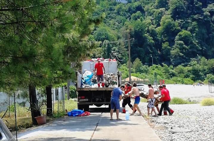 პლაჟის დალაგებაში ''სანდასუფთავების'' თანამშრომლებს დამსვენებლები დაეხმარნენ