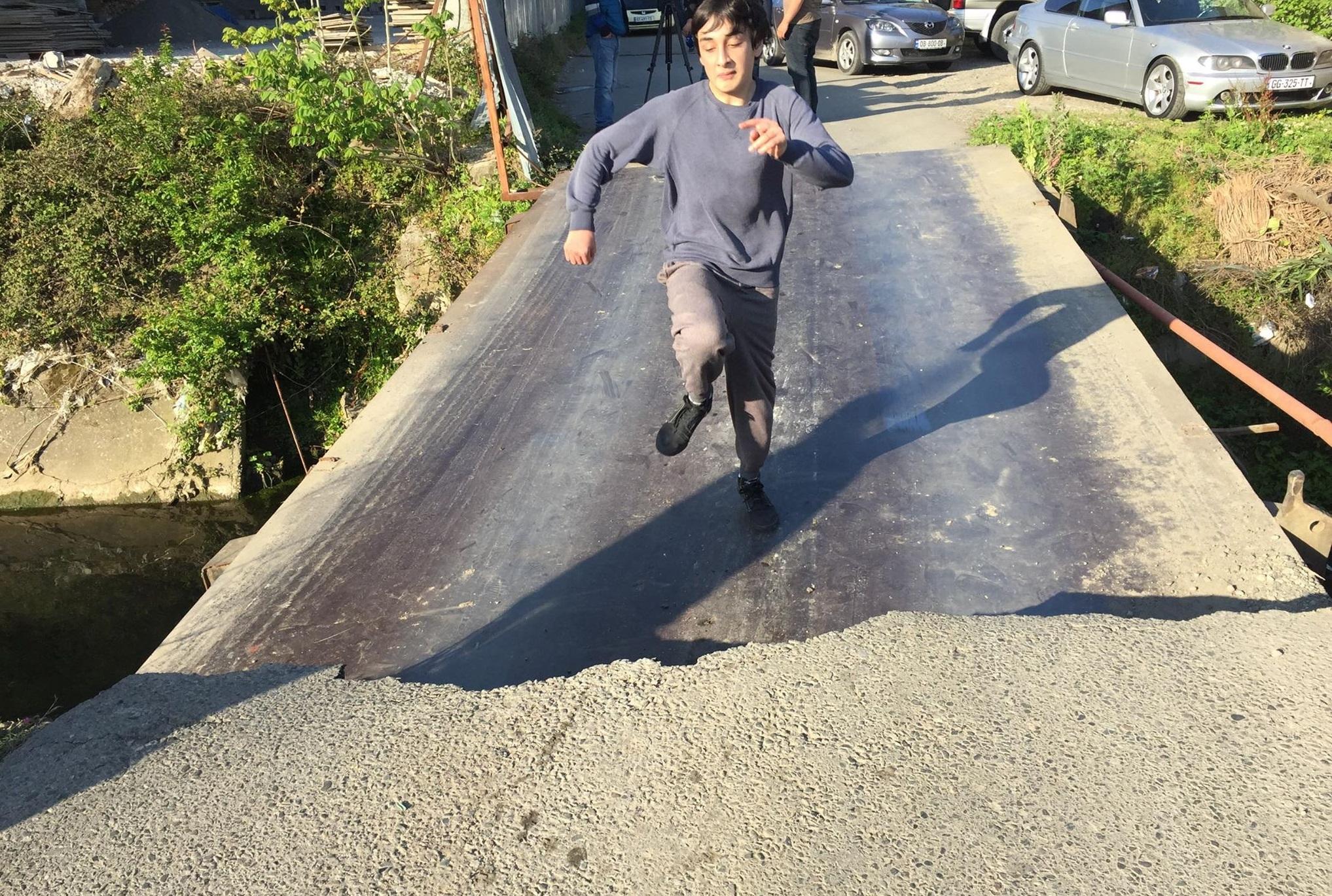 ფრიდონ ხალვაშის ქუჩაზე ხიდი ჩავარდა