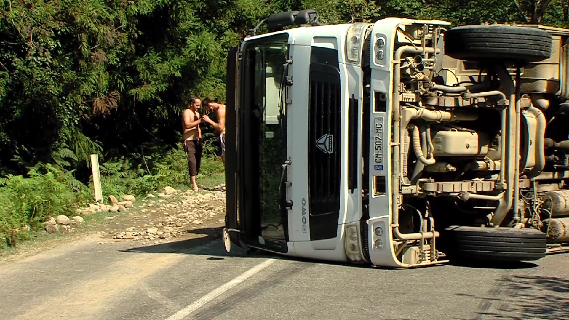 სოფელ მუხაესტატეში სატვირთო ავტომობილი გადაბრუნდა