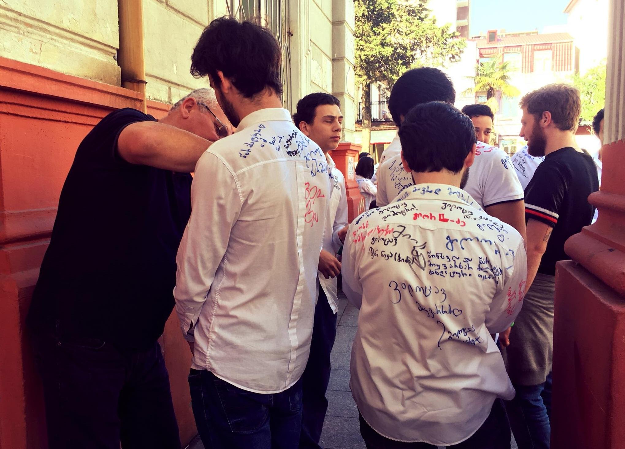 ფერადი წარწერები თეთრ პერანგებზე
