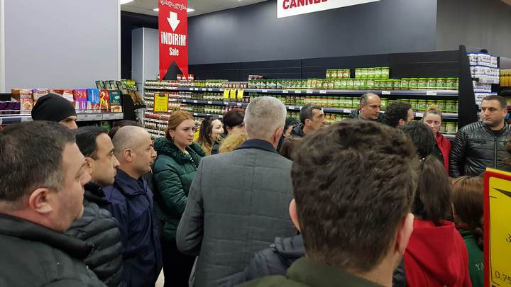 ''იალჩინის'' თანამშრომლებს ხელფასები მაღაზიის დანაკლისის გამო დაუქვითეს - ინფორმაციას გაფიცულები ავრცელებენ