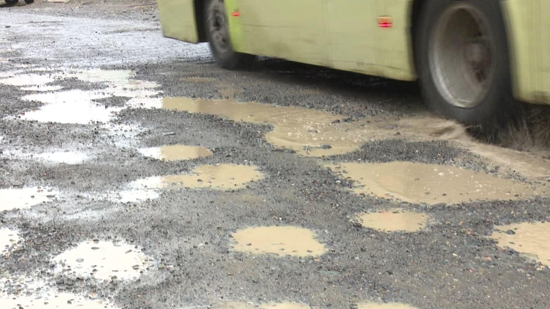 წვიმის წყლით ამოვსებული ორმოები ბათუმის ქუჩებში და ავარიული გზები