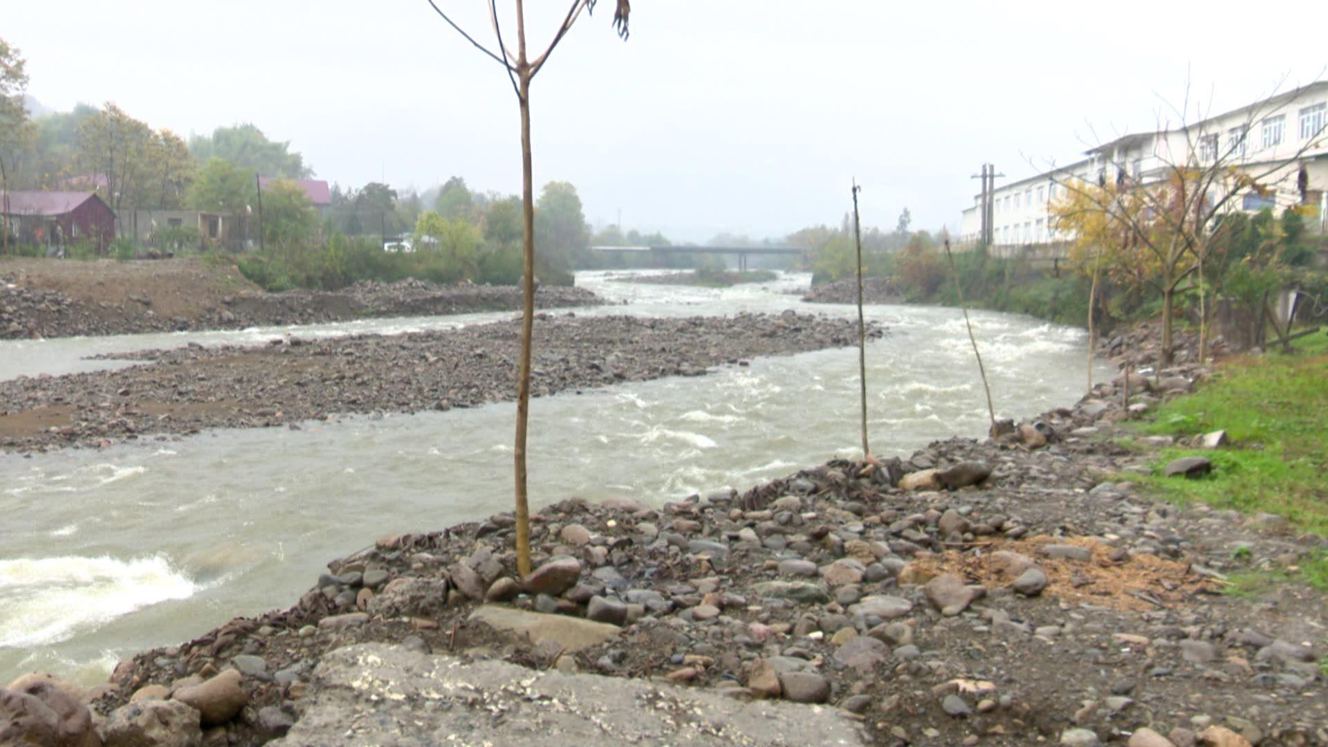 მდინარე ყოროლისწყლის ნაპირის გამაგრებას  10 წელია ითხოვენ