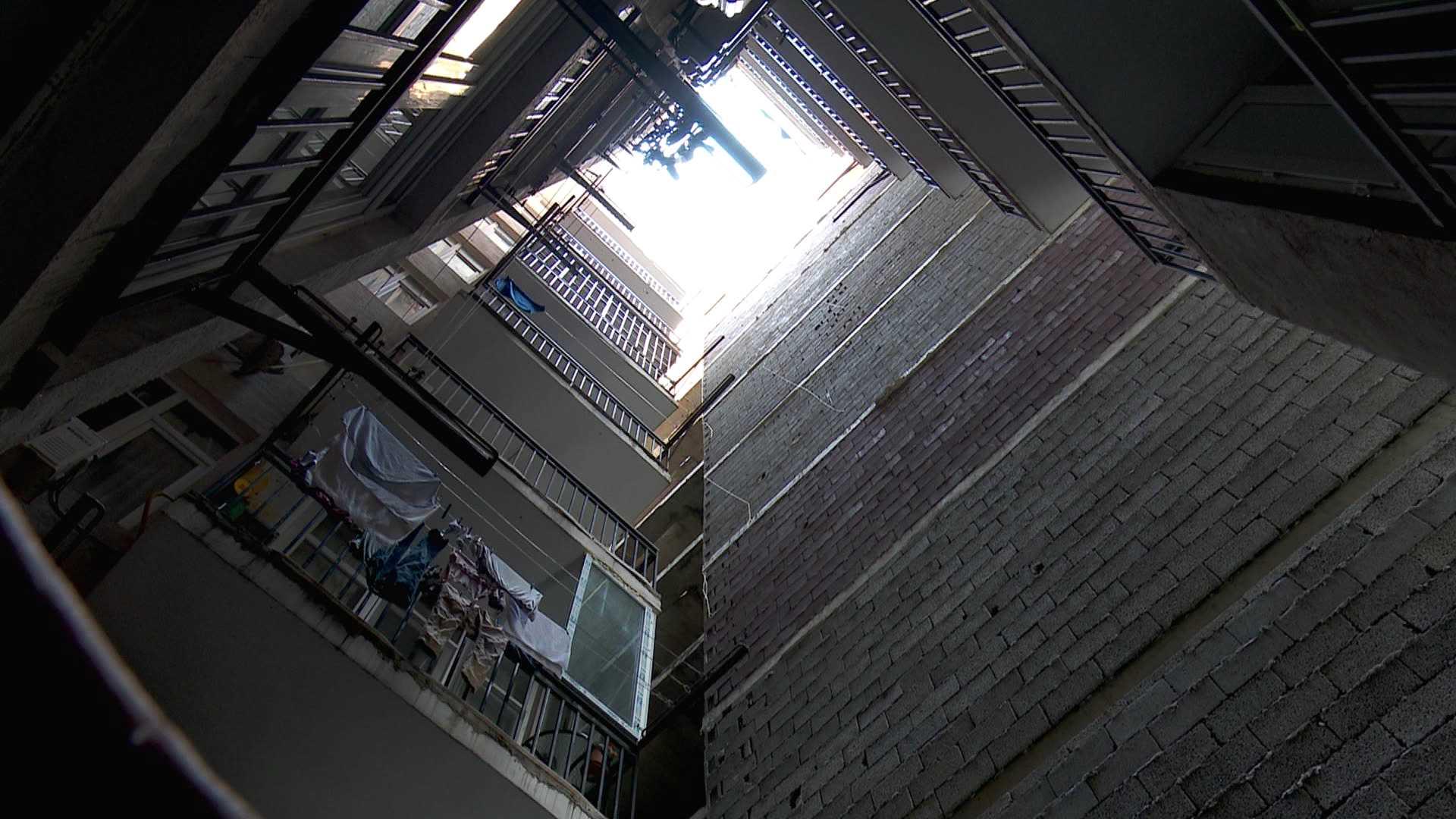 კედელი ფანჯარასთან - სამშენებლო კანონმდებლობის ხარვეზის შედეგი