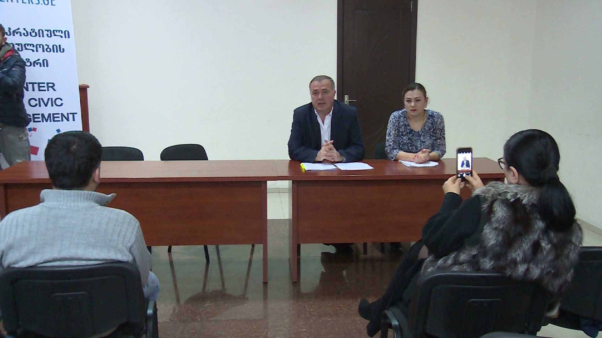 The collecting of signatures begins in order of constitutional amendments