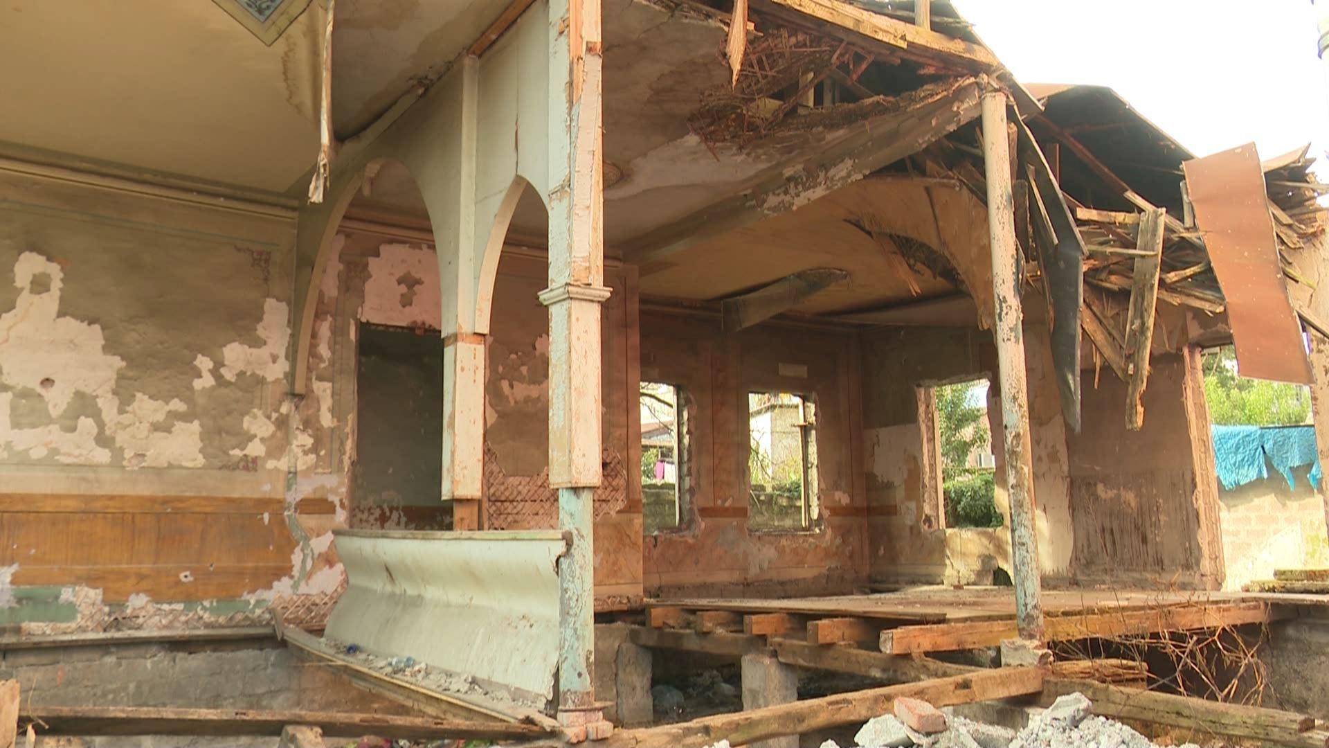 თითქმის საუკუნოვანი ისტორიის მატარებელ შენობას, რომელიც ნგრევის პირასაა კერძო პირები აღადგენენ