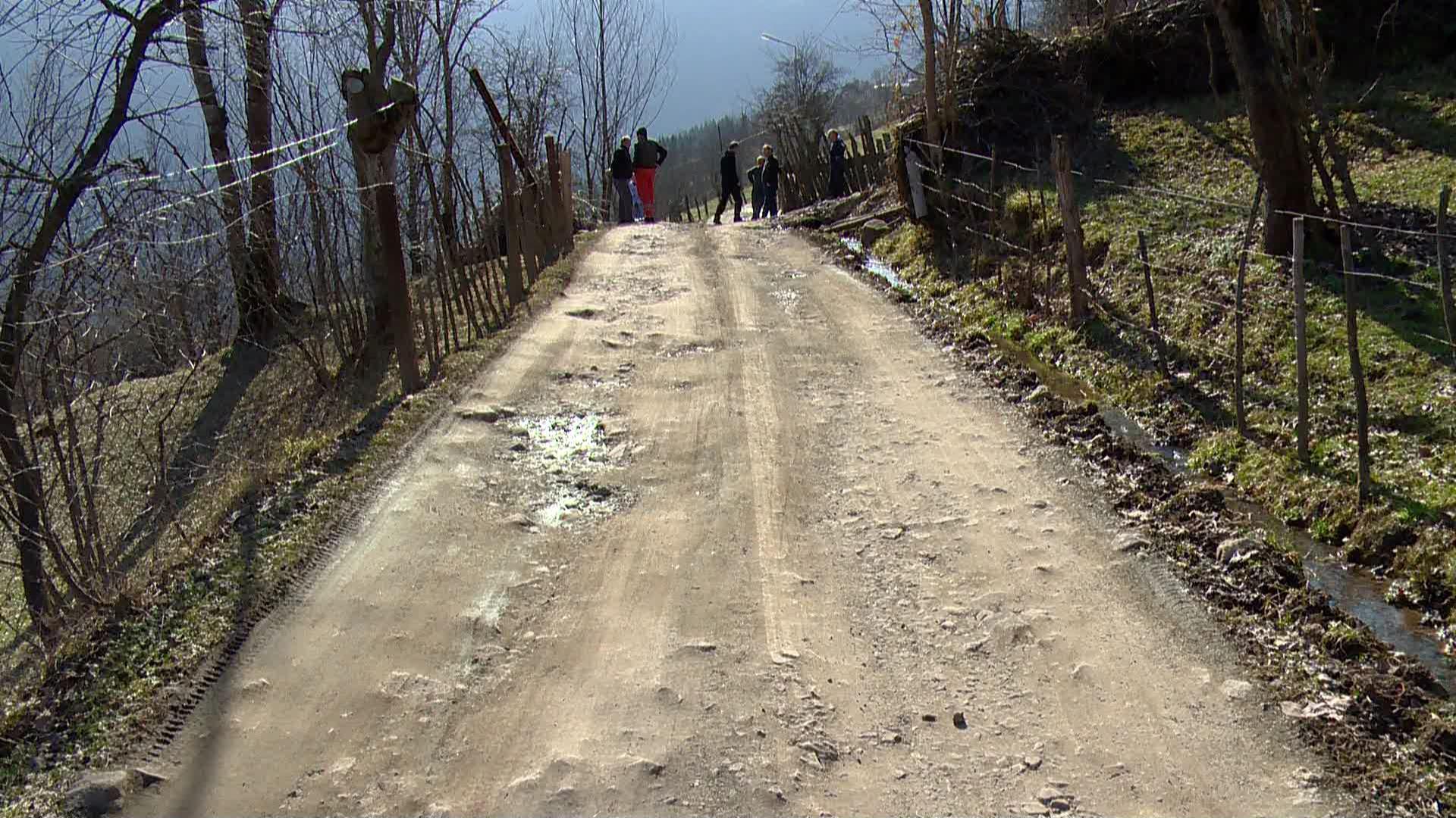 დაზიანებული, ვიწრო და ჩაბნელებული - სოფლის გზა ხულოში
