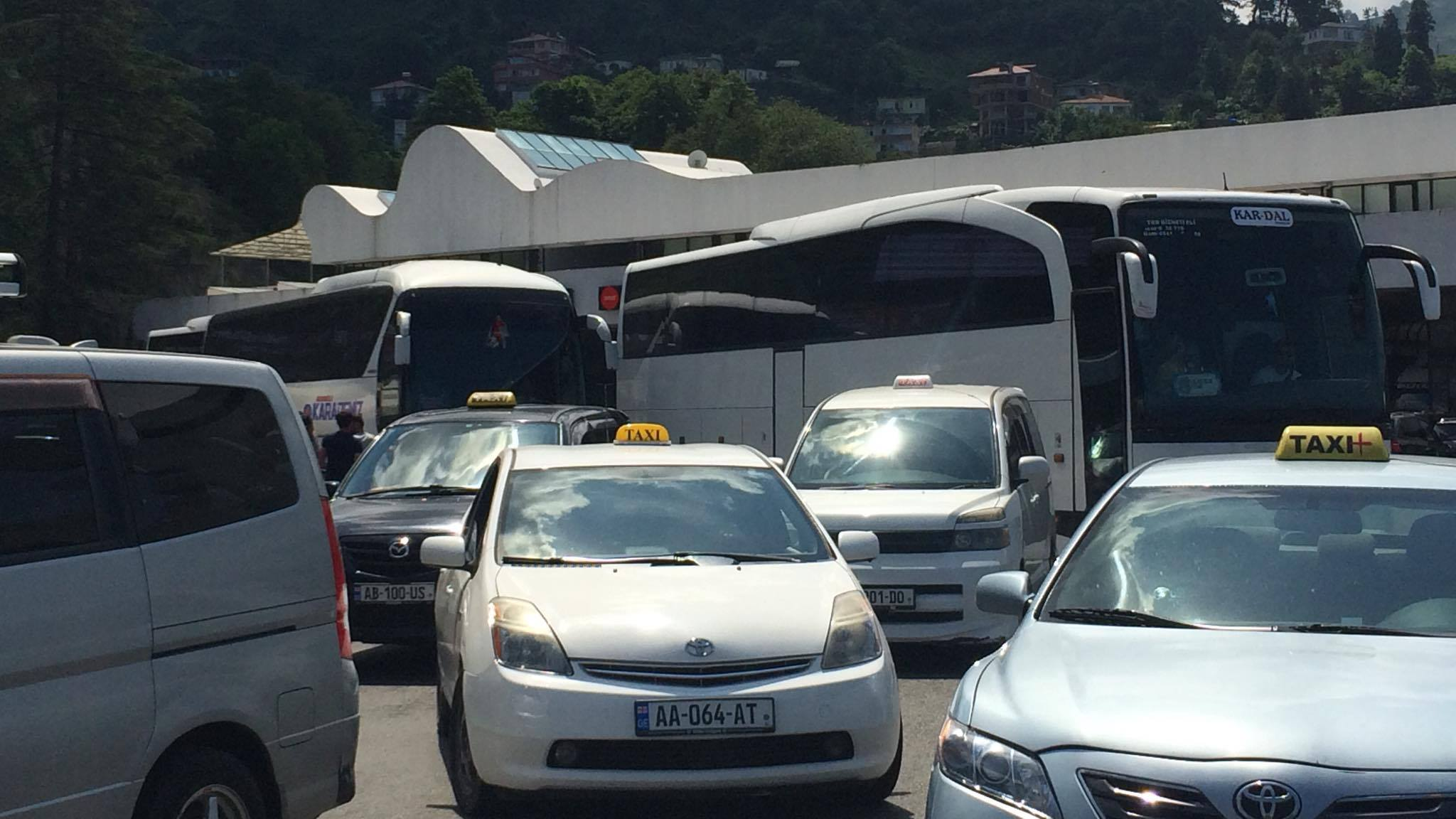 Citizens blocked the road to Sarpi border checkpoint - do not allow cars with Turkish numbers