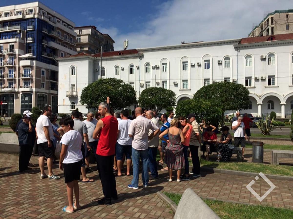საოჯახო სასტუმროების მფლობელები ქობულეთის მერიასთან აქციას მართავენ და ხელმოწერებს აგროვებენ