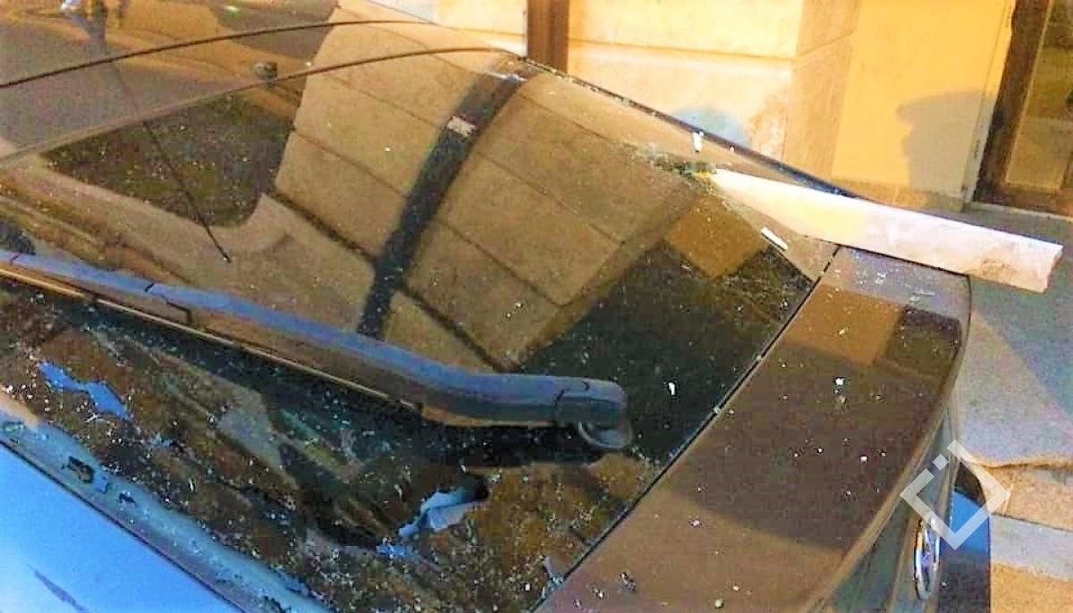 გრანიტისდეტალები აივანს მოძვრა, ავტომობილს დაეცა და შუშა გაუტეხა - ევროპის მოედანზე სახლის ფასადი დაზიანდა