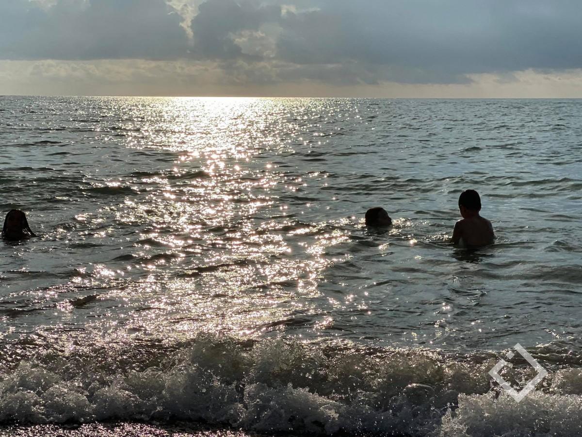 ზღვის წყალის ტემპერატურა 24 გრადუსია - დასვენების დღეებში ბათუმში მზიანი ამინდი იქნება