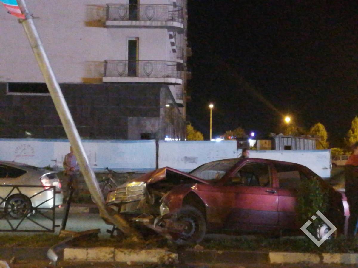 ავარია ბათუმში - მძღოლმა საჭე ვერ დაიმორჩილა და გზისგამყოფზე ავარდა
