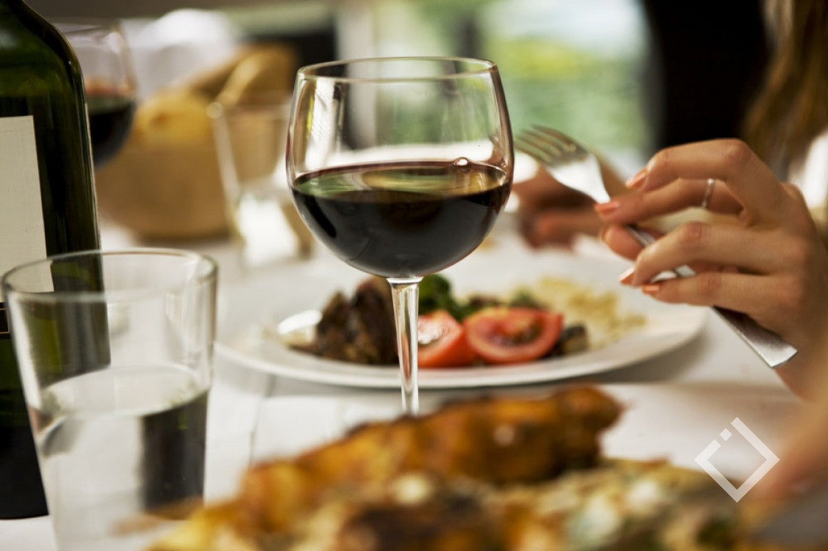 ბათუმის ორ რესტორანში მოქალაქეებს ფალსიფიცირებულ ბრენდულ სასმელებს სთავაზობდნენ - საგამოძიებო