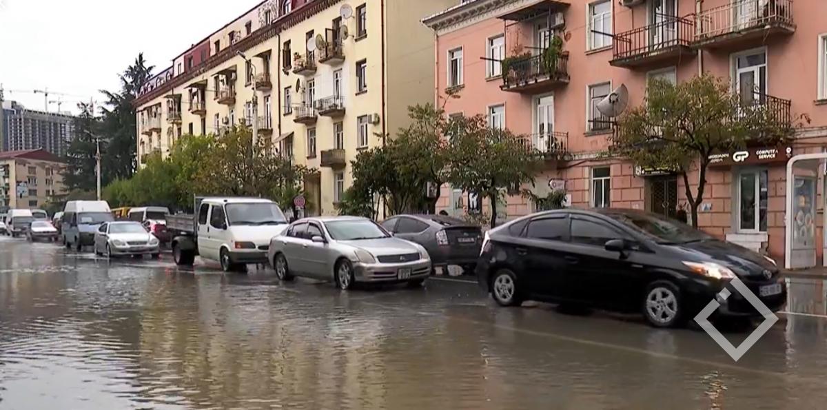 დატბორილი ქუჩები, მაღაზიები, სახლები და სალონები - ძლიერი წვიმა ბათუმში