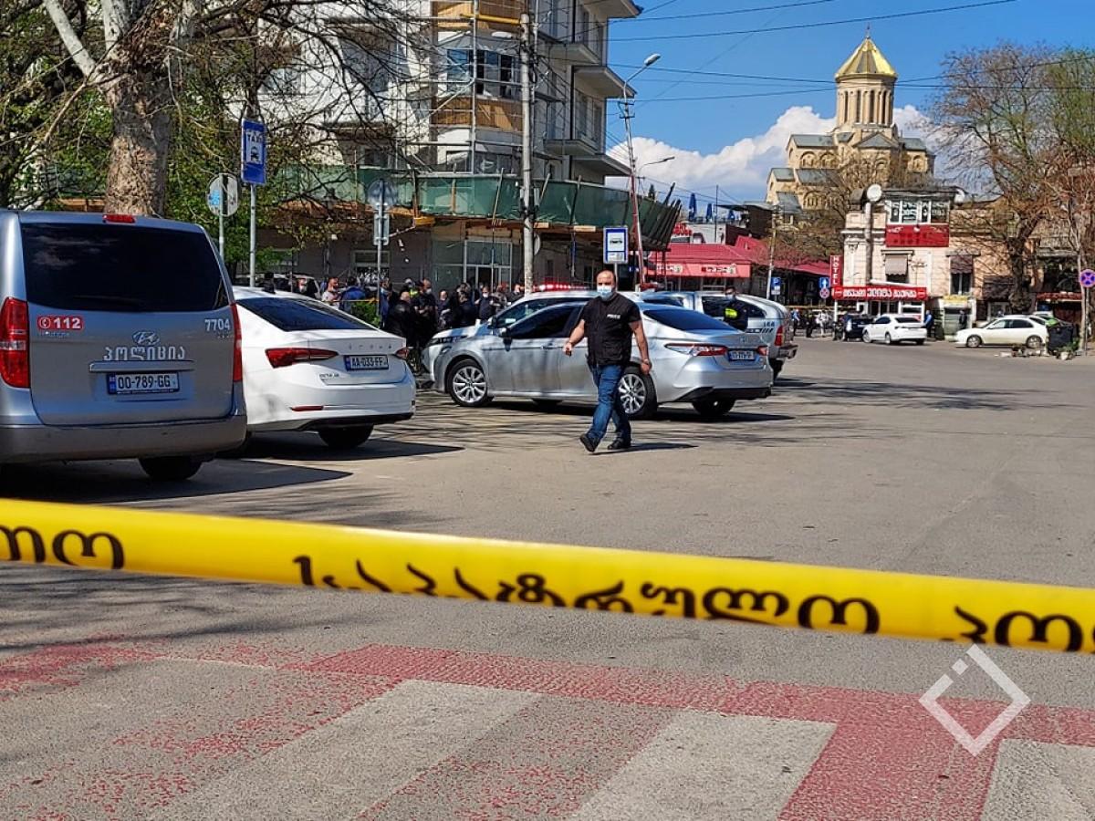 """პოლიციამ """"საქართველოს ბანკის"""" ფილიალზე თავდასხმის ფაქტზე 1 პირი დააკავა, მას 7 ადამიანი მძევლად ყავდა აყვანილი"""