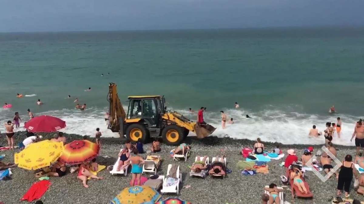 ტრაქტორი დამსვენებლებით სავსე ქობულეთის პლაჟზე